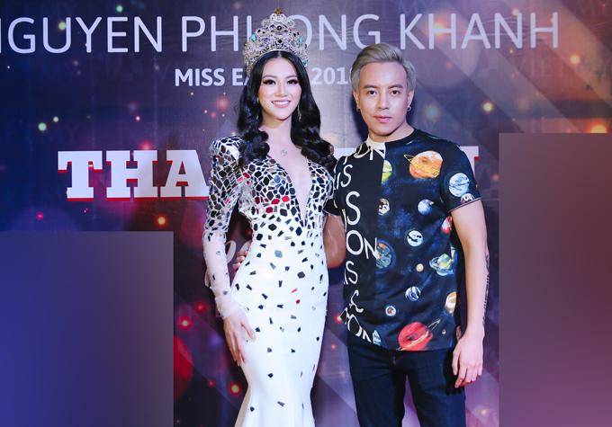 Stylist Mạch Huy là người chăm chút dung nhan cho Phương Khánh khi xuất hiện ở đêm tiệc.