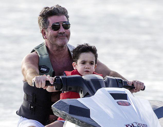 Simon Cowell và con trai 4 tuổi lướt mô tô nước ở đảo Barbados thuộc vùng biển Caribbe hôm 11/12.