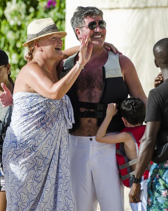 Tại bãi biển Barbados, Simon Cowell được nhiều fan nhận ra và xin chụp hình.