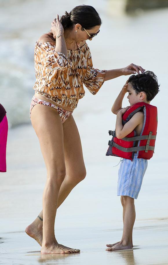 Bạn gái Simon - nhà hoạt động xã hội Lauren Silverman - khoe chân dài trong bộ bikini.