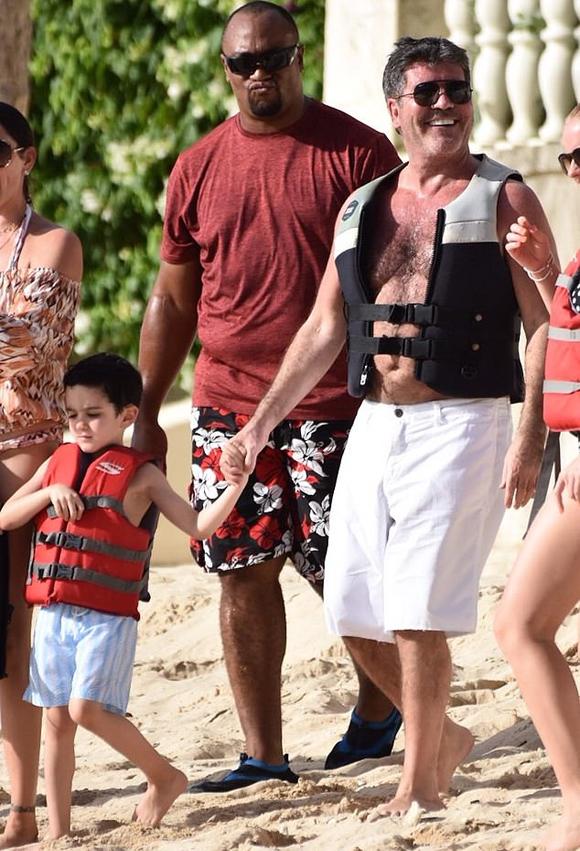 Rất yêu thương con trai nhưng Simon từng phát biểu rằng ông sẽ không trao lại số tài sản kếch xù gần 500 triệu USD cho cậu bé mà sẽ quyên góp hết cho các quỹ từ thiện.