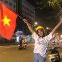 Ảnh hot 12/12: Tiểu Vy xuống đường mừng đội tuyển Việt Nam