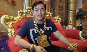 Người đàn ông Việt đeo 13 kg vàng trên người lên báo nước ngoài