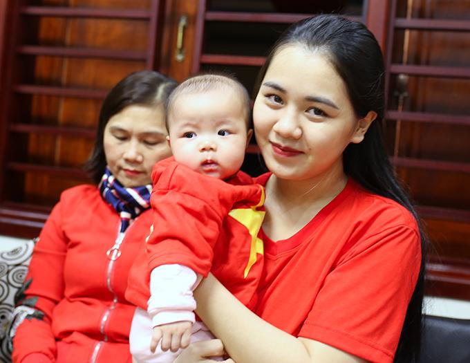 Chị Phương cùng con gái Sunny mặc áo cờ đỏ sao vàng cổ vũ cho trung vệ Quế Ngọc Hải và đội tuyển Việt Nam. Ảnh: Hùng Lê