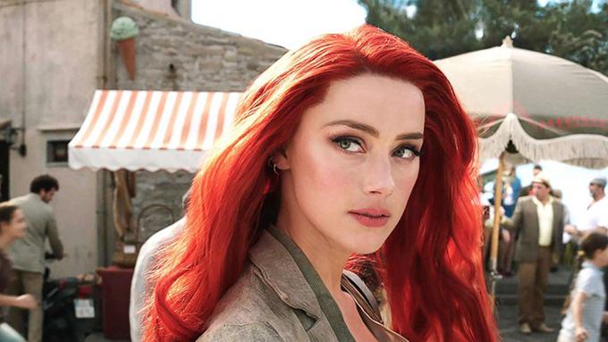 Gương mặt thanh tú với đôi mắt hút hồn của vợ cũ Johnny Depp đẹp không tì vết trong phim.