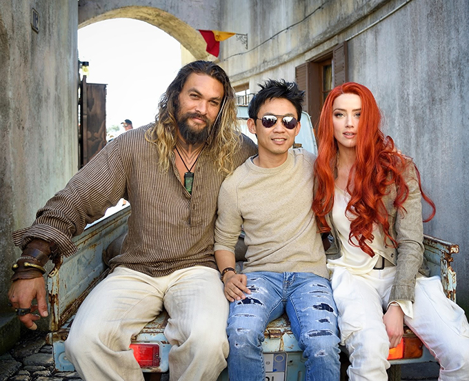 Amber Heard cùng đạo diễn James Wan (giữa) và bạn diễn Jason Momoa trên phim trường. Aquaman tràn ngập cảnh quay kỹ xảo và hành động mãn nhãn, lại có ngoại cảnh trải dài từ Đại Tây Dương, qua đô thị cổ nước Ý tới hoang mạc Sahara. Phim có tiết tấu nhanh gọn, câu chuyện hấp dẫn và hài hước.