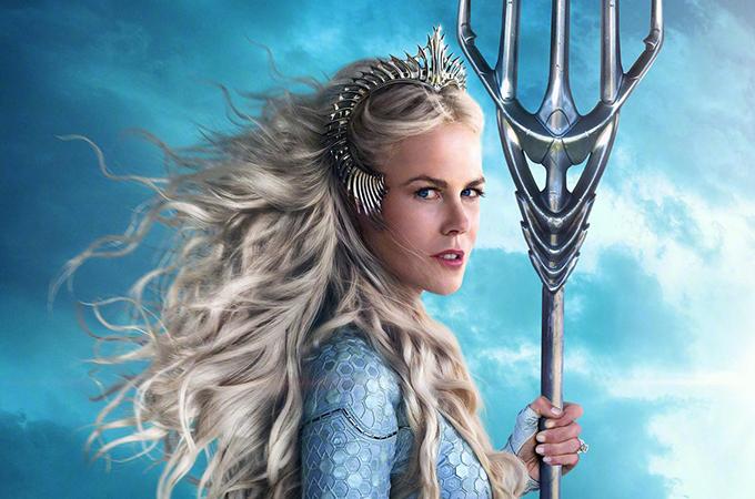 Có thời lượng lên phim khiêm tốn, song Nicole Kidman để lại dư âm không thua kém đàn em Amber Heard. Chị vào vai nữ hoàngAtlanna - mẹ của Aquaman. Atlanna và công chúa Mera là hai nữ nhân xinh đẹp,tài năng, quyền lực và bản lĩnh của đại dương. Họ đều vùng thoát khỏi cuộc hôn nhân sắp đặt, làm chủ vận mệnh của mình.
