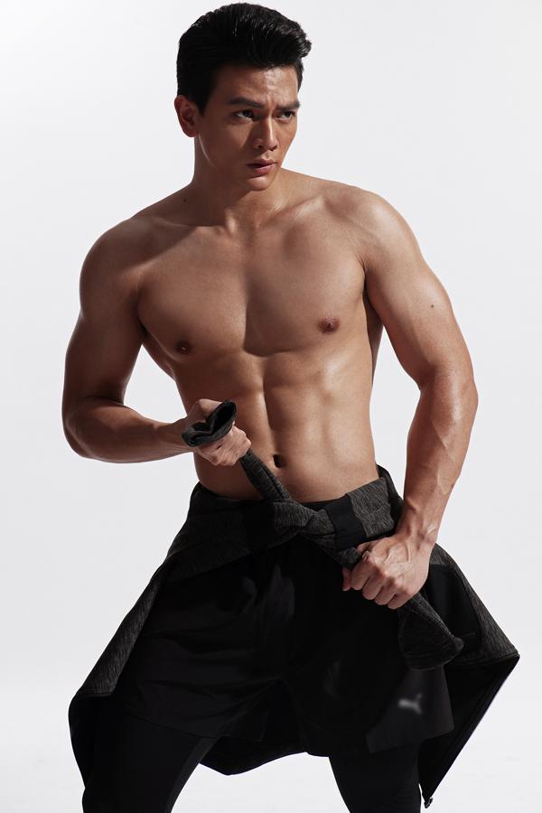 Chàng người mẫu tự tin cởi áo, khoe cơ bụng 6 múi.