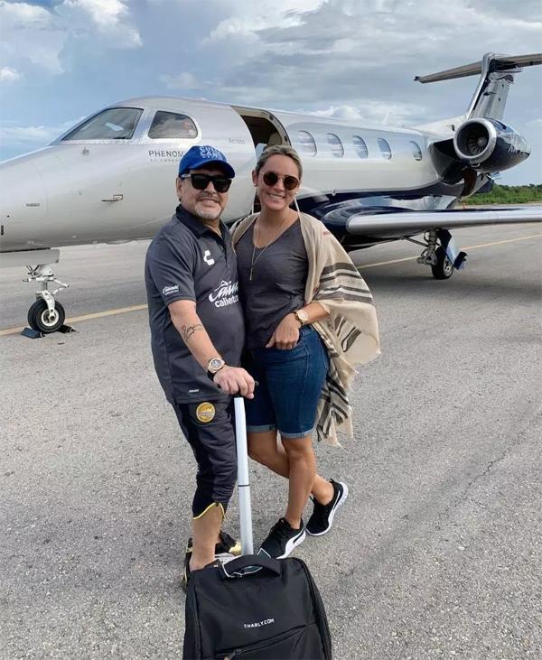 Rocio Oliva không muốn tới Mexico cùng Cậu bé vàng trong khi cựu danh thủ lại có công việc tại đây.