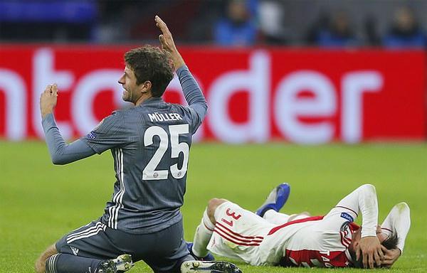 Ngôi sao Munich vung tay tỏ vẻ bất mãn khi bị truất quyền thi đấu trong khi nạn nhân