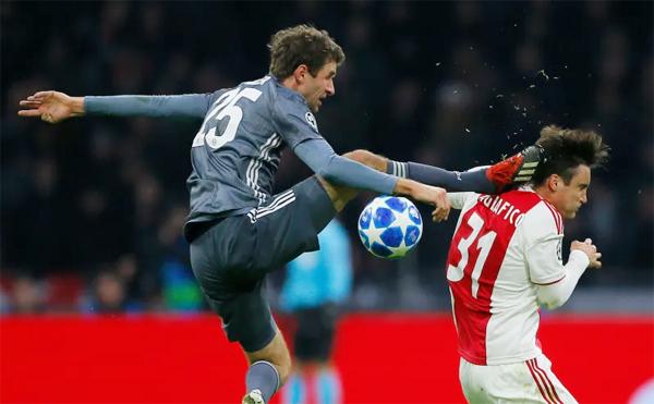 Tiền đạo Muller nhận thẻ đỏ trực tiếp sau pha vào bóng thô bạo với