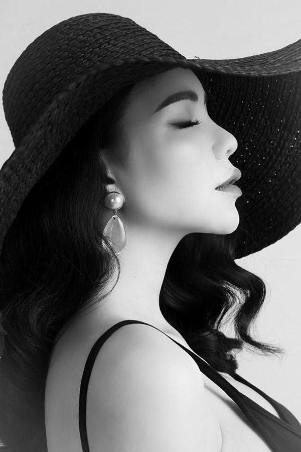 Ngoài công việc ca hát, cô vẫn duy trì việc kinh doanh thời trang để có thu nhập nuôi con.