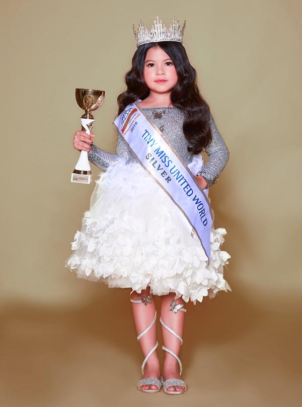 Tháng 9 vừa qua, cô bé 6 tuổi người Malaysia gốc Việt - Kathy Tan Her Lin - dự thi Hoa hậu Nhí Thế giới 2018 (Little Miss & Mister World) và đạt danh hiệu Á hậu 2 (Tiny Miss World 2018 Silver).