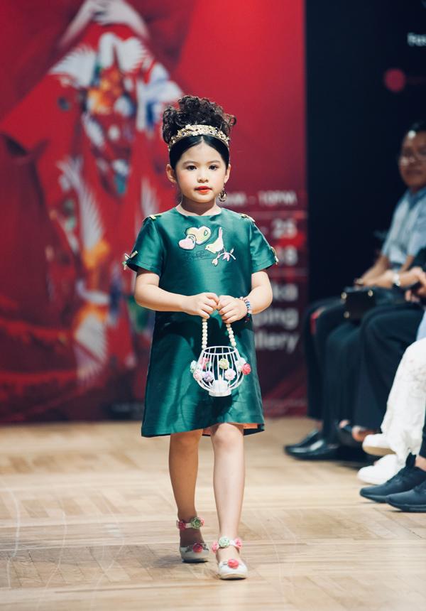 Á  hậu Nhí Thế giới 2018 tự tin sải bước trên sàn diễn Tuần lễ thời  trang Malaysia tháng trước.
