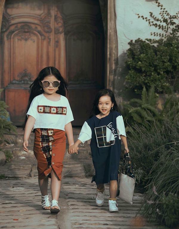 Mẫu nhí sinh năm 2012 còn tham gia trình diễn ở Tuần lễ thời trang trẻ em Việt Nam (Vietnam Junior Fashion Week) mùa thứ 7, khai mạc tại Hà Nội hôm 8/12.