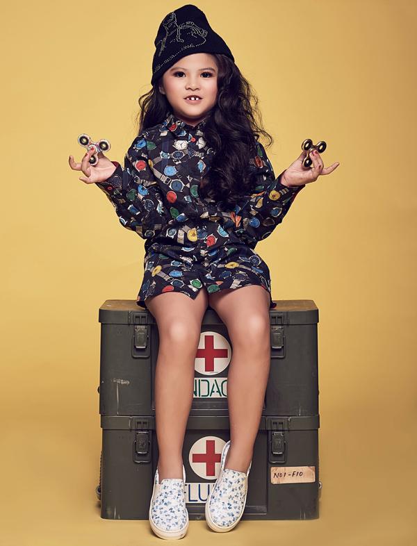 Mẹ của á hậu nhí là chị Minh Chi (Scarlett Phạm), từng giành ngôi Hoa khôi Thời trang Việt Nam 2006. Bởi vậy, Kathy từ khi nhỏ xíu đã được mẹ đầu tư về mặt hình ảnh, trang phục một cách chỉn chu.