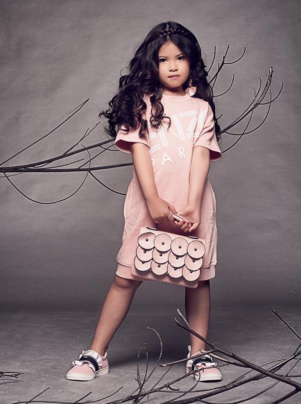 Cô nhóc 6 tuổi thường diện trang phục hàng hiệu nổi tiếng thế giới như Versace, Moschino, Kenzo, Lanvin, Emilo Pucci..., có giá từ 300 tới 1.000 USD mỗi món.