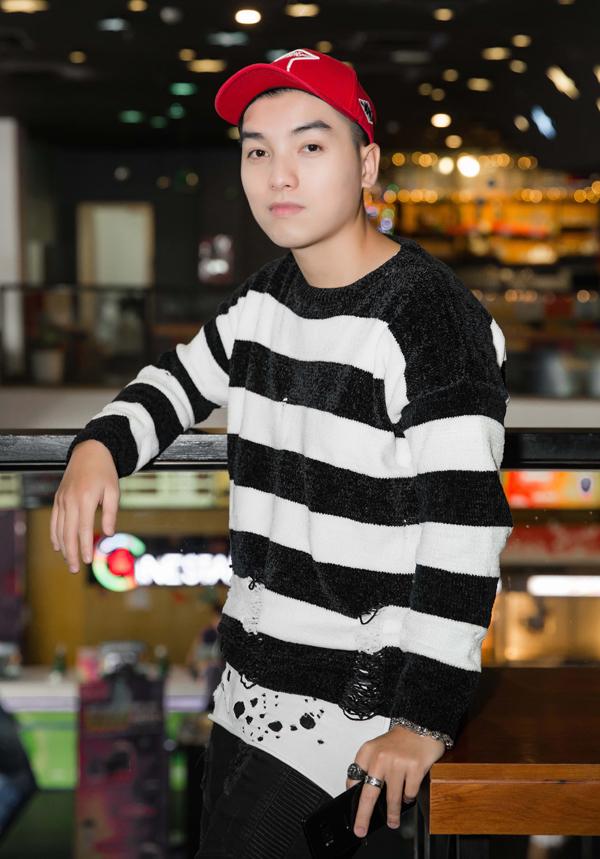 MC Ngọc Trai giúp hai ca sĩ dẫn dắt buổi họp báo ra sản phẩm mới.