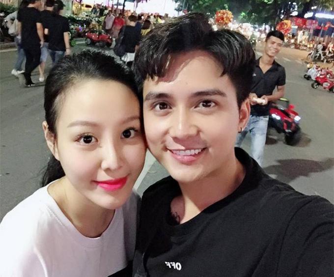 Mạnh Quân và bà xã sinh năm 1994. Họ yêu nhau 4 năm trước khi kết hôn hồi tháng 1/2017.