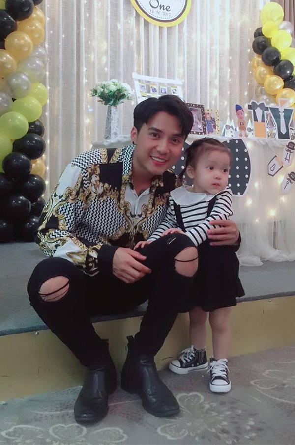 Con gái đầu lòng của nam diễn viên đã hơn 1 tuổi.