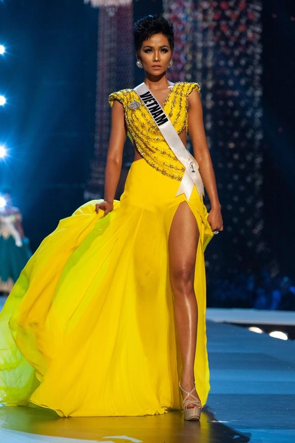 Dàn người đẹp Việt yêu thích cú xoay váy của HHen Niê ở bán kết Miss Universe