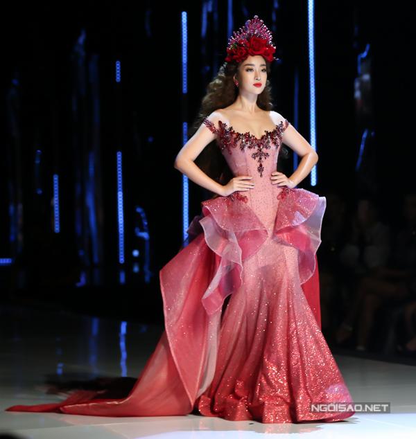 Đỗ Mỹ Linh, Trần Tiểu Vy hóa công chúa cùng sóng đôi catwalk