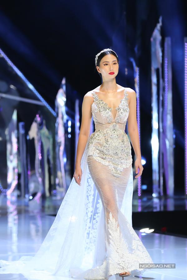 Đỗ Mỹ Linh, Trần Tiểu Vy hóa công chúa cùng sóng đôi catwalk - 10