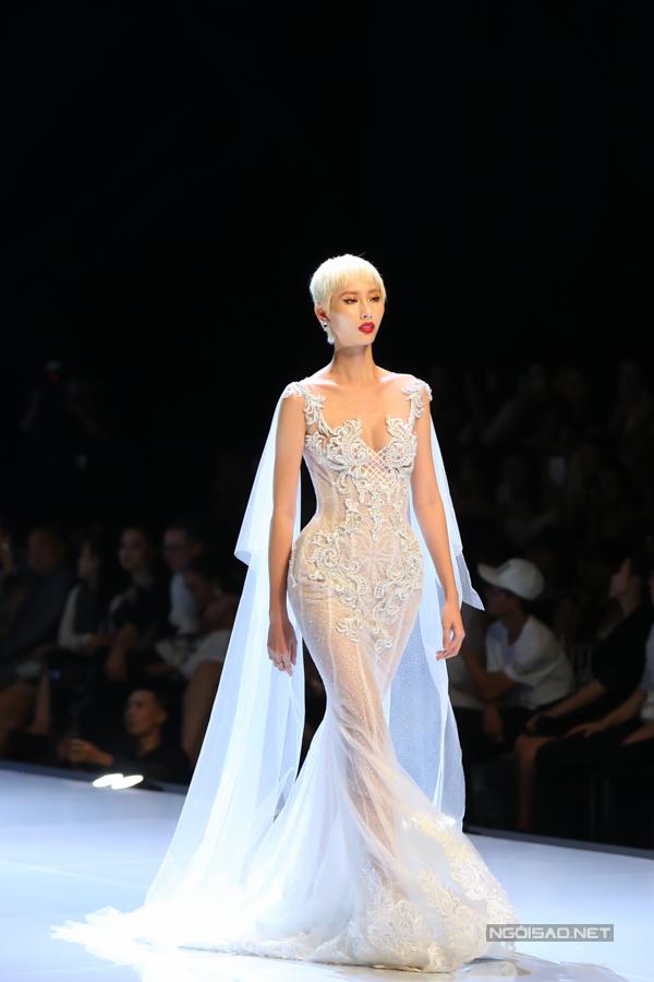 Đỗ Mỹ Linh, Trần Tiểu Vy hóa công chúa cùng sóng đôi catwalk - 11