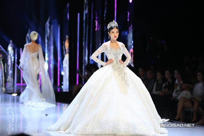 Đỗ Mỹ Linh, Trần Tiểu Vy hóa công chúa cùng sóng đôi catwalk - 12
