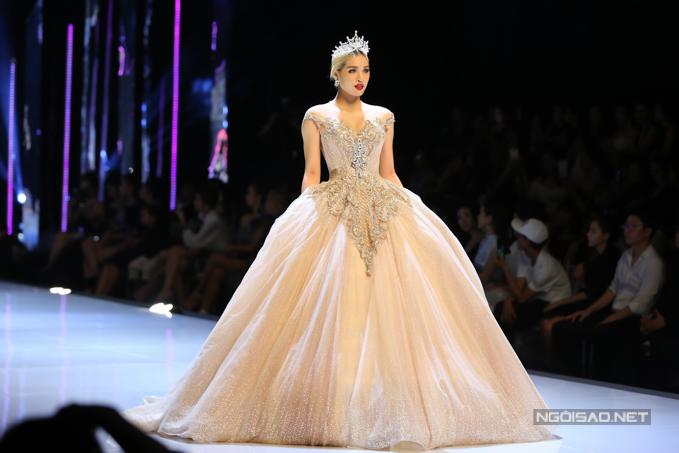 Đỗ Mỹ Linh, Trần Tiểu Vy hóa công chúa cùng sóng đôi catwalk - 13