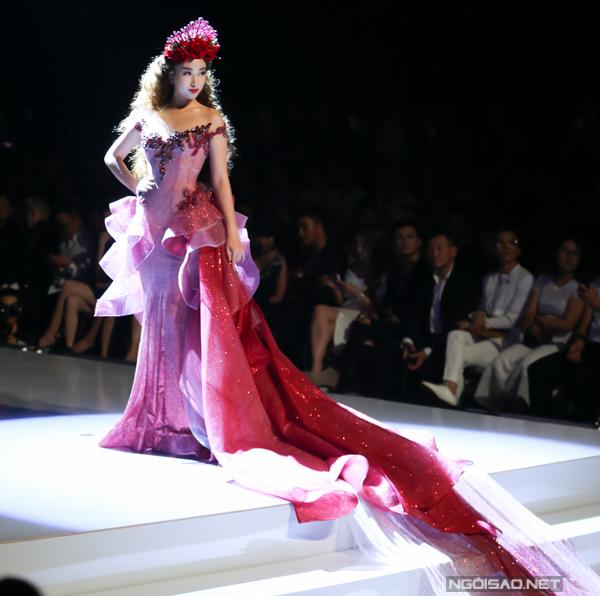 Đỗ Mỹ Linh, Trần Tiểu Vy hóa công chúa cùng sóng đôi catwalk - 1