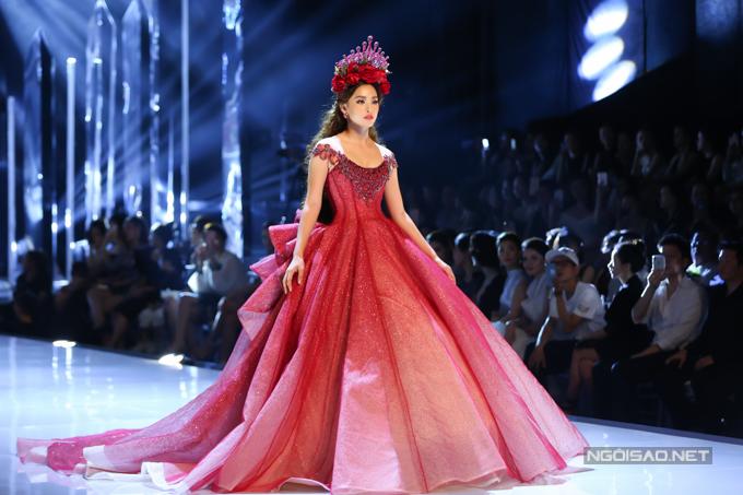 Đỗ Mỹ Linh, Trần Tiểu Vy hóa công chúa cùng sóng đôi catwalk - 2