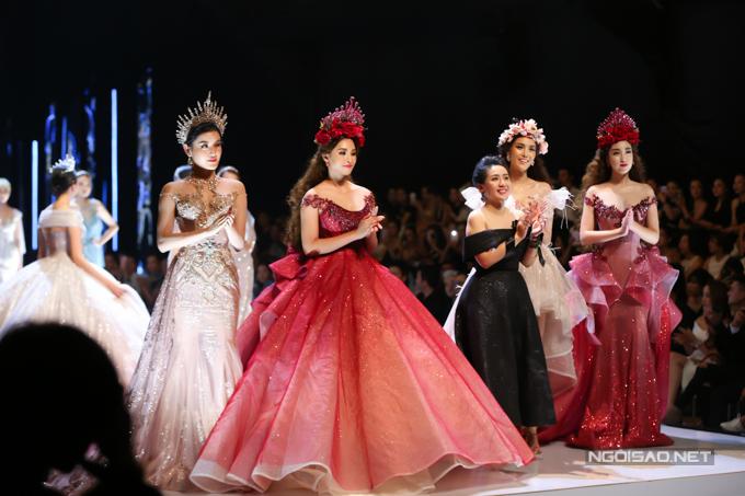 Đỗ Mỹ Linh, Trần Tiểu Vy hóa công chúa cùng sóng đôi catwalk - 4