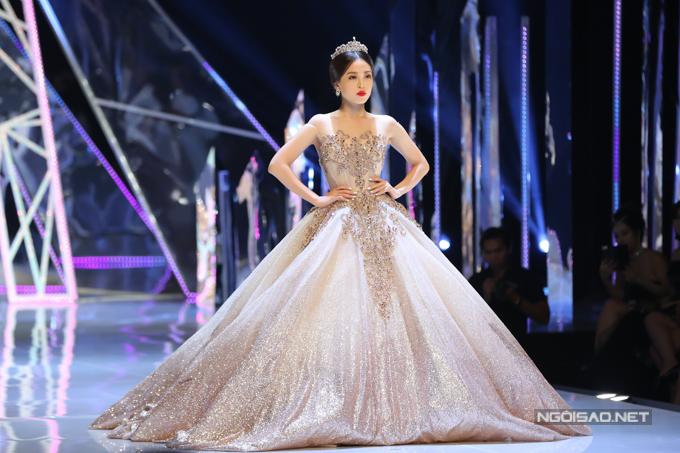 Đỗ Mỹ Linh, Trần Tiểu Vy hóa công chúa cùng sóng đôi catwalk - 5