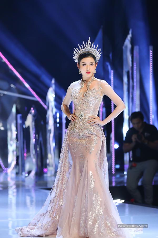 Đỗ Mỹ Linh, Trần Tiểu Vy hóa công chúa cùng sóng đôi catwalk - 6