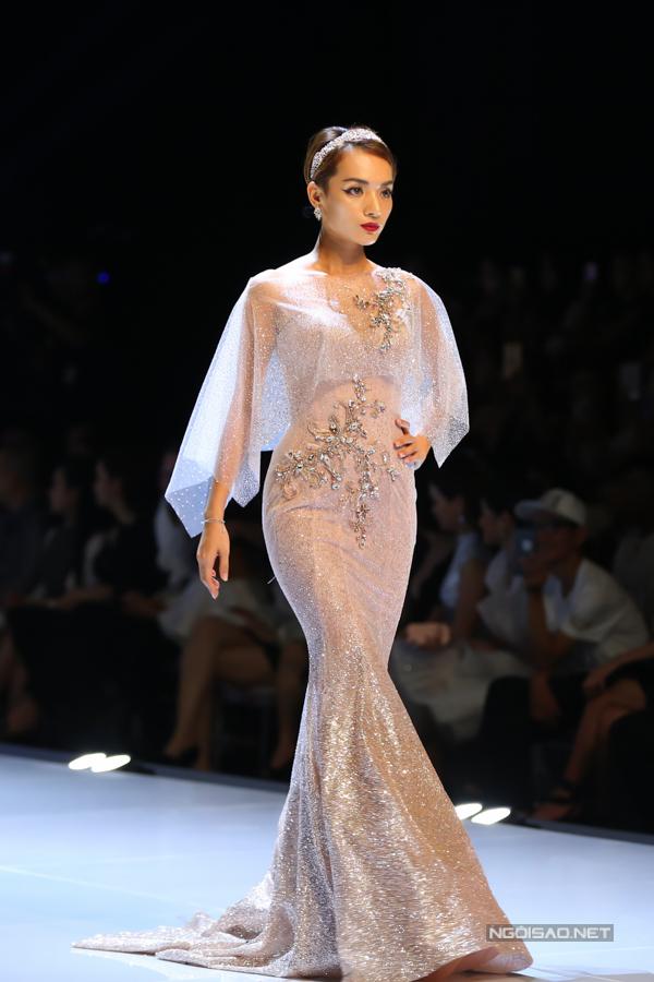 Đỗ Mỹ Linh, Trần Tiểu Vy hóa công chúa cùng sóng đôi catwalk - 7