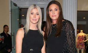 Bố chuyển giới của Kylie Jenner diện váy ton sur ton với bạn gái tin đồn