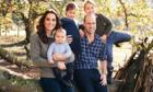 Hoàng tử Louis lớn bổng trong thiệp mừng Giáng sinh của nhà William - Kate
