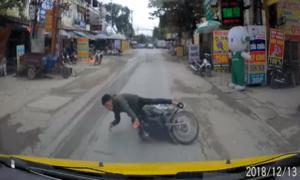 Thanh niên ngã trước đầu ôtô vì mải nhìn điện thoại