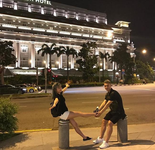 Đôi trẻ nghỉ chân trước cửa khách sạn nổi tiếng bậc nhất ở Singapore là Fullerton nằm ngay gần vịnh Marina. Không mua tour, đa phần các chuyến đi đều là tự túc, hai người tự đi, tự cảm nhận và đi bộ khá nhiều.