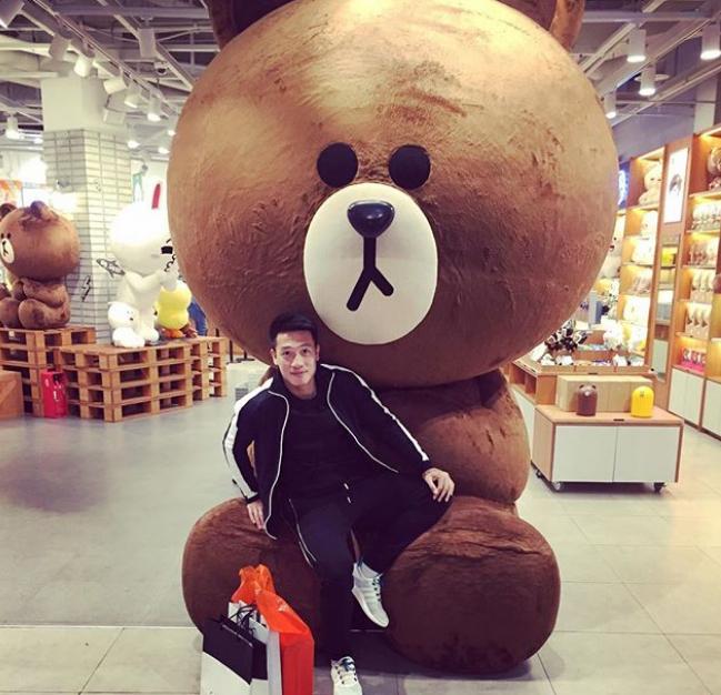 Trong các chuyến tập huấn nước ngoài, chàng trai quê Đông Anh cũng tranh thủ đi mua sắm, khám phá các thành phố này như ở Seoul (Hàn Quốc). Cửa hàng Lines với chú gấu nâu to bự được rất nhiều khách du lịch yêu thích và check in.
