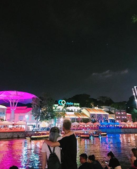 Khu Clarke Quay sôi động và lung linh ánh đèn về đêm. Đây là tụ điểm vui chơi được giới trẻ Singapore rất yêu thích. Rất nhiều nhà hàng, quán bar, quán cà phê hay hộp đêm tọa lạc ở khu vực này. Ngay cả khi không có nhu cầu vui chơi thì việc ngồi bệt bên dòng nước và ngắm nhìn Singapore về đêm cũng là trải nghiệm khó quên.