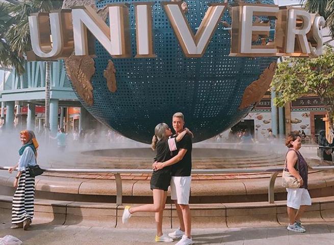 Đôi khi, hai người cũng có những chuyến du lịch nước ngoài khi Huy Hùng có kỳ nghỉ dài hơi. Công viên Universal Studio thu hút không chỉ trẻ em mà ngay cả người lớn cũng bị hút hồn bởi các công trình mô phỏng hoàng tráng cùng các trò chơi trong nhà đầy hấp dẫn.