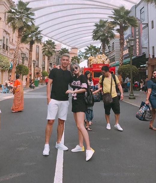 Hai người thường ăn mặc tone sur tone hayáo đôi, giày đôi trong các chuyến du lịch.