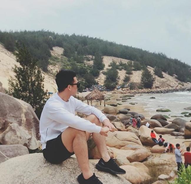 Không chỉ đi du lịch với bạn gái, Huy Hùng cũng thường rủ bạn bè đi chung như chuyến đi Quy Nhơn hồi mùa hè. Cả nhóm nghỉ tại khu resort cao cấp khá nổi tiếng ở thành phố biển.