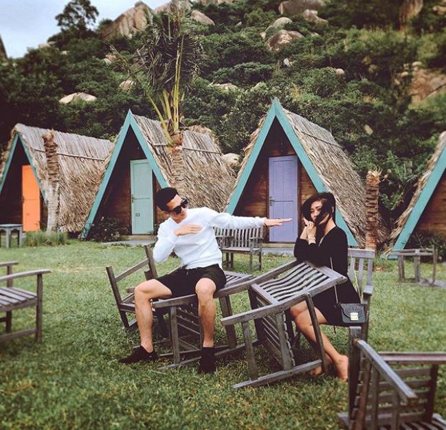 Khi không ở khách sạn, chàng tiền vệ đội tuyển Việt Nam lại tới các homestay có thiết kế dễ thương, độc đáo ở ven biển với các bungalows bằng gỗ, màu sắc sặc sỡ. Ưu điểm lớn nhất của các khu này là góc ảnh sống ảo miễn chê.