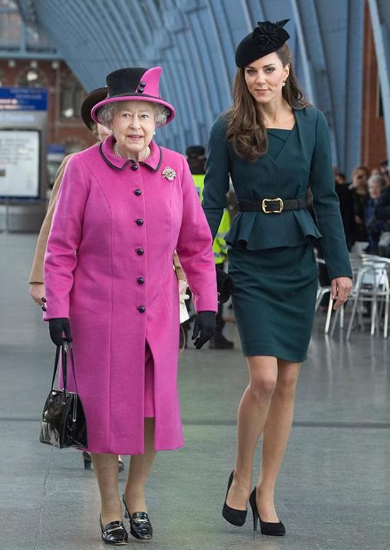 Kate và Nữ hoàng ở nhà ga St Pancras, London để lêntàu tới Nottingham hồi năm 2012. Ảnh: UK Press.