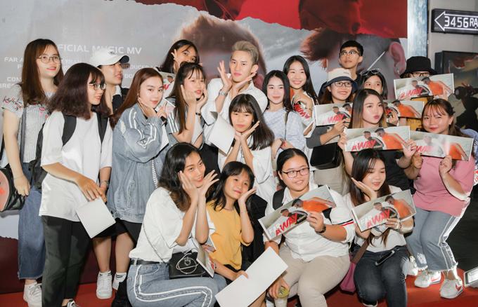 Kay Trần tạo dáng xì tin chụp ảnh cùng các fan trong sự kiện.