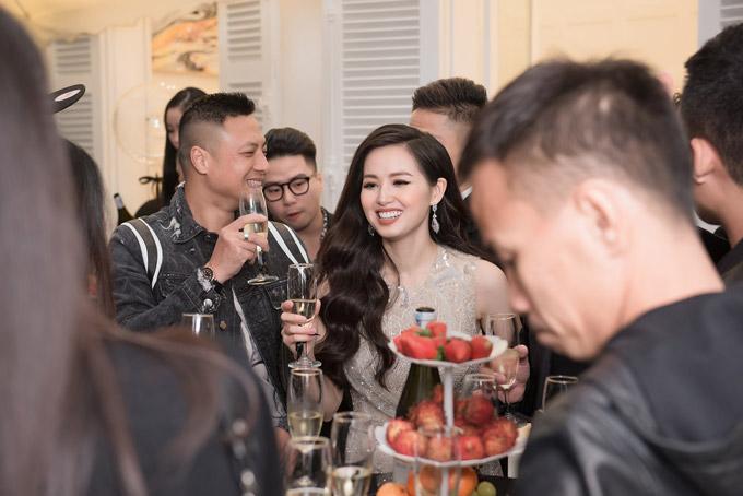 Rất đông bạn bè của Tâm Tít đã đến chúc mừng cô trong sự kiện.