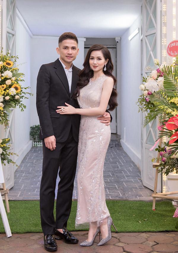Tâm Tít diện bộ đầm màu nude đính đá, tình tứ bên ông xã trong ngày trở thành bà chủ. Gái hai con cho biết, sau nhiều năm kinh doanh mỹ phẩm, thời trang online, cô quyết định mở spa làm đẹp tại Hà Nội để theo đuổi giấc mơ trở thành doanh nhân.